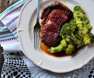 烤ribeye牛排用在橄榄油和海盐的煮沸的硬花甘蓝 免版税图库摄影
