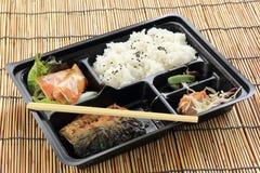 烤Saba鱼用在集合箱子的蒸汽米 库存照片