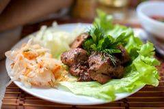 烤shashlik用圆白菜和沙拉 免版税库存图片