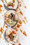 烤Unagi日本淡水鳗鱼寿司梅基卷服务与山葵和Prickled姜 免版税库存图片