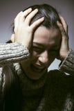麻烦的年轻俏丽的妇女,尖叫在哀情关闭沮丧的冬天 图库摄影