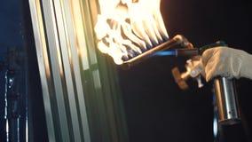 烧与丁烷火炬的灰色金属房屋板壁 在黑暗 特写镜头 股票视频