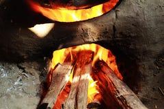 烧与火焰的泥壁炉边 库存图片