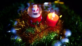烧与雪地球英尺长度的行动蜡烛 快活的圣诞节 影视素材