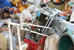 烧个人计算机和一辆残破的自行车在废品旧货栈 免版税库存图片
