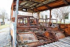 烧了被放弃的公共汽车 库存照片