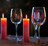 烧五颜六色的蜡烛和玻璃的设施与patte 免版税库存照片