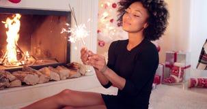 烧圣诞节的乐趣少妇一个闪烁发光物 股票录像