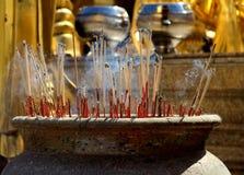 烧在一个寺庙的香火在泰国 图库摄影