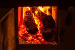 烧在一个私有房子里的木火炉 免版税图库摄影