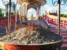 烧在中国寺庙的香火 免版税库存照片