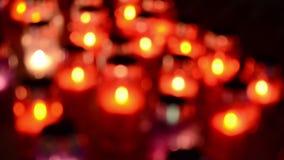 烧在公墓的很多五颜六色的蜡烛在晚上 奉献的蜡烛在坟墓发光 万圣节 祷告点燃了在a的蜡烛 股票视频