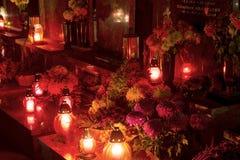 烧在坟墓的装饰和蜡烛的HDR长的曝光夜图象在公墓在诸圣日天期间在CZ 库存图片