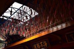 烧在塔寺庙越南的香火,抽象 免版税库存图片