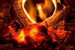 烧在壁炉的不伤环境的Eco日志 库存照片