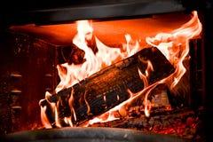 烧在壁炉的木头Beatuful火焰 免版税图库摄影