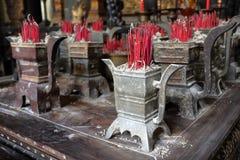 烧在寺庙的法坛的香火和jossticks 库存图片