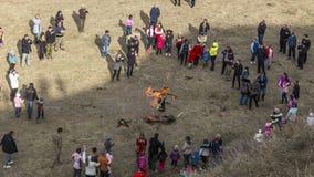 烧在庆祝,薄煎饼星期的Shrovetide秸杆稻草人 成人和孩子庆祝冬天的结尾和 股票录像