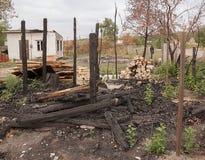 烧在房子下在路附近 免版税库存照片