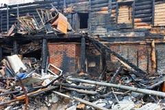 烧在房子下 免版税库存图片