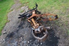 烧在摩托车下 免版税库存照片