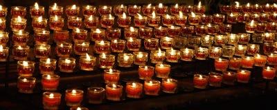 烧在教会里的蜡烛 免版税库存照片