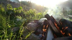 烧在旅游阵营的慢动作营火在日落 喀尔巴阡山脉的山顶视图 股票录像