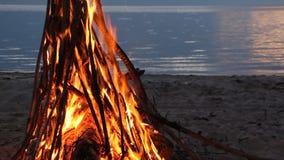 烧在日落的河岸的篝火 影视素材