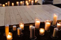 烧在晚上的圣诞节蜡烛 库存图片