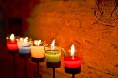 烧在晚上的许多蜡烛 免版税图库摄影