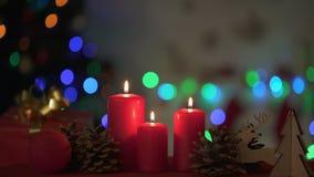 烧在木圣诞装饰光附近的蜡烛闪耀在背景 股票视频