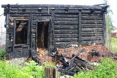 烧在木房子下,被烧焦的墙壁,被烧的屋顶, 图库摄影