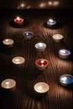 烧在木背景2的晚上的蜡烛 免版税库存照片