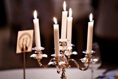 烧在枝形吊灯的蜡烛 库存照片