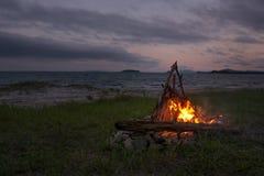 烧在海滩的火在晚上 明亮的火,木柴 库存图片