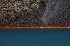 烧在海的火山的熔岩 库存照片