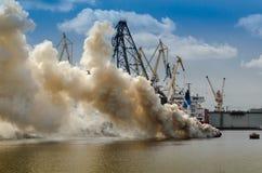 烧在海的风船 免版税库存图片