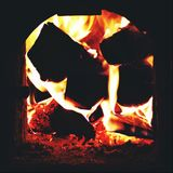 烧在火炉的木头 免版税库存图片
