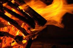 烧在火的日志 库存图片