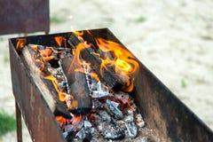烧在火盆的火 免版税库存图片
