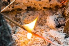 烧在灰中的小木棍子 免版税库存照片