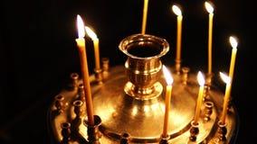 烧在烛台的蜡烛在基督教会里 股票录像