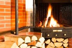 烧在烟囱插入物的热的柴火 免版税库存图片