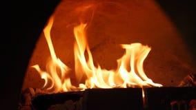烧在烤箱的火火焰特写镜头  ?? 美妙地火灼烧的火焰在传统木灼烧的火炉的 免版税库存照片