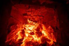 烧在熔炉的火的木柴 免版税库存图片
