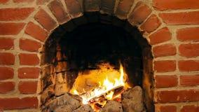 烧在砖壁炉的日志 股票视频