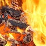 烧在BBQ或在壁炉的木炭 库存照片