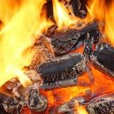 烧在BBQ或在壁炉的木炭 免版税图库摄影