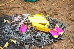 烧在Qingming节日的偶象纸或地狱金钱中国文化 免版税库存照片