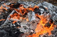 烧在Qingming节日的偶象纸或地狱金钱中国文化 库存照片